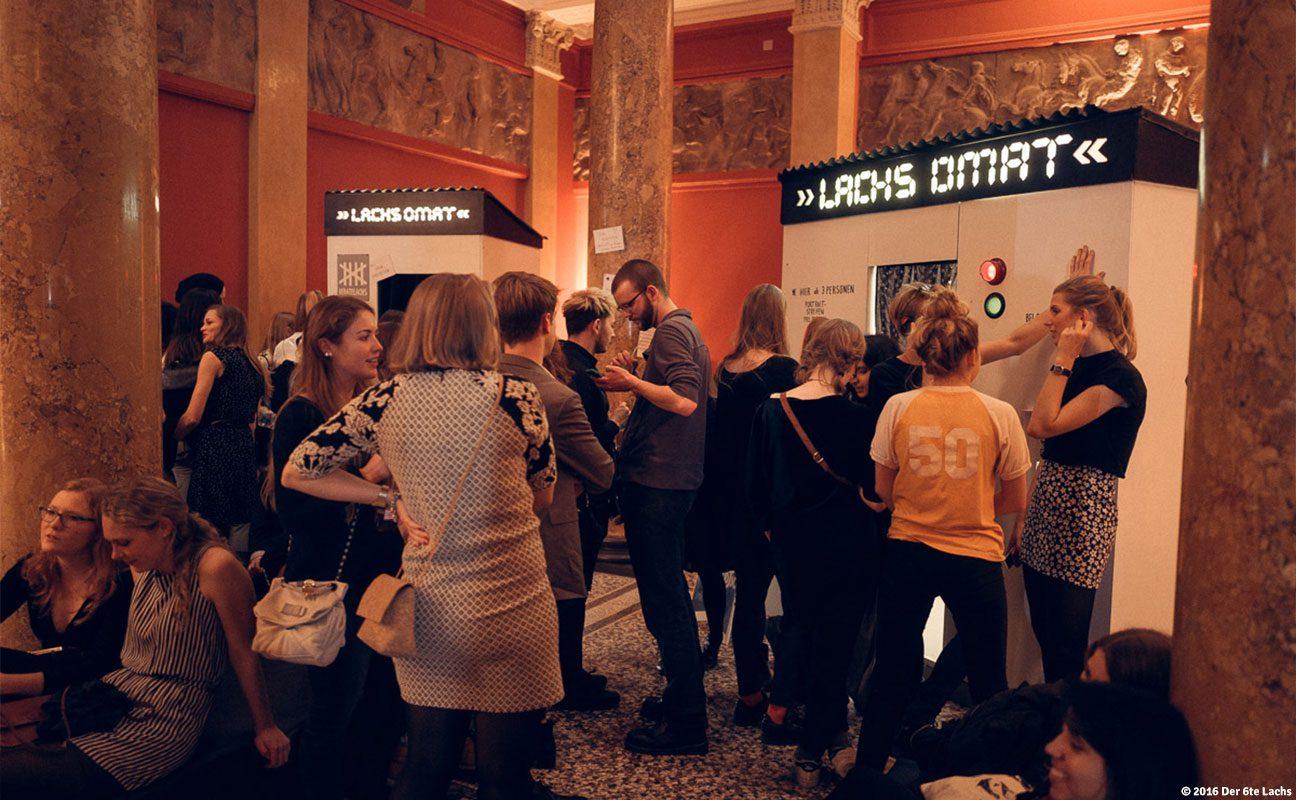 Foto: Besucher der Hamburger Kunsthalle warten vor dem Lachsomaten